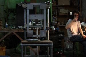 Malachi Farrell à l'œuvre - La fabrication de la gégène